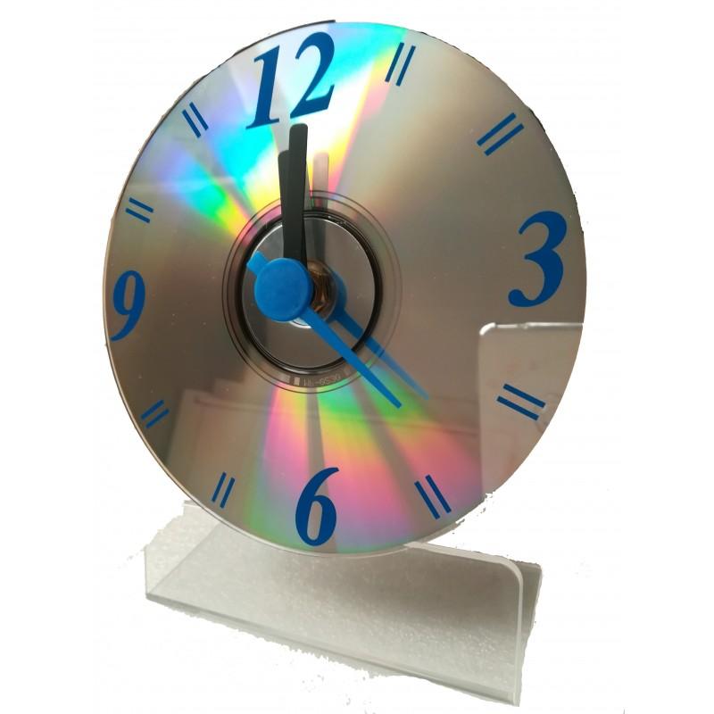 Reloj implementado en un CD de color azul con soporte de apoyo
