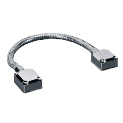 Pasacables con tubo metálico flexible para proteger cables en puertas