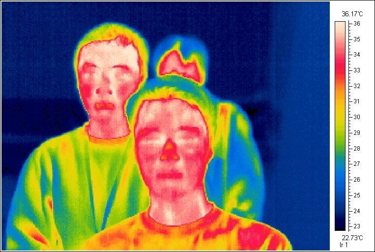 imagen termica de tres personas